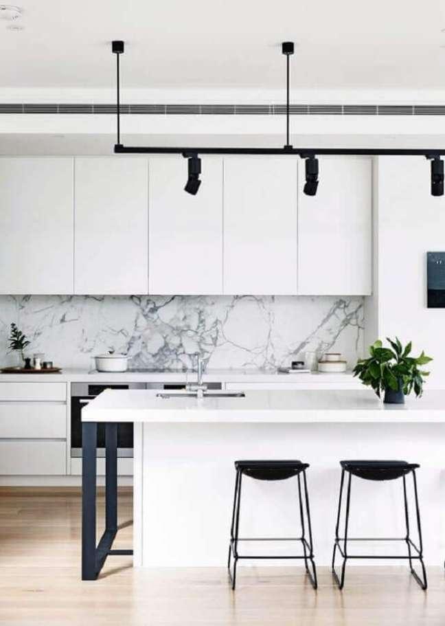 61. Decoração moderna para cozinha branca com banquetas para ilha gourmet – Foto: Homes to Love