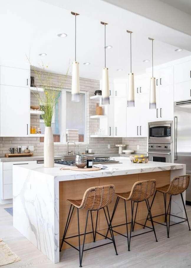 21. Banquetas para ilha de cozinha branca decorada com móveis planejados – Foto: Native Trails