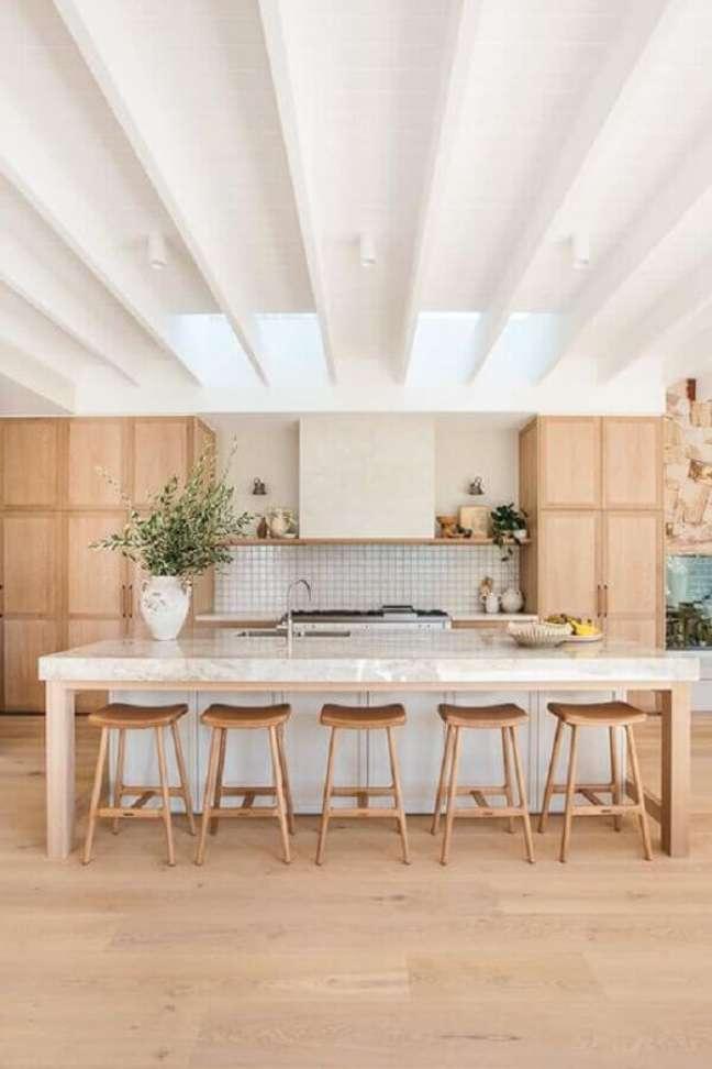 38. Decoração com banqueta para ilha de cozinha grande amadeirada – Foto: House & Home