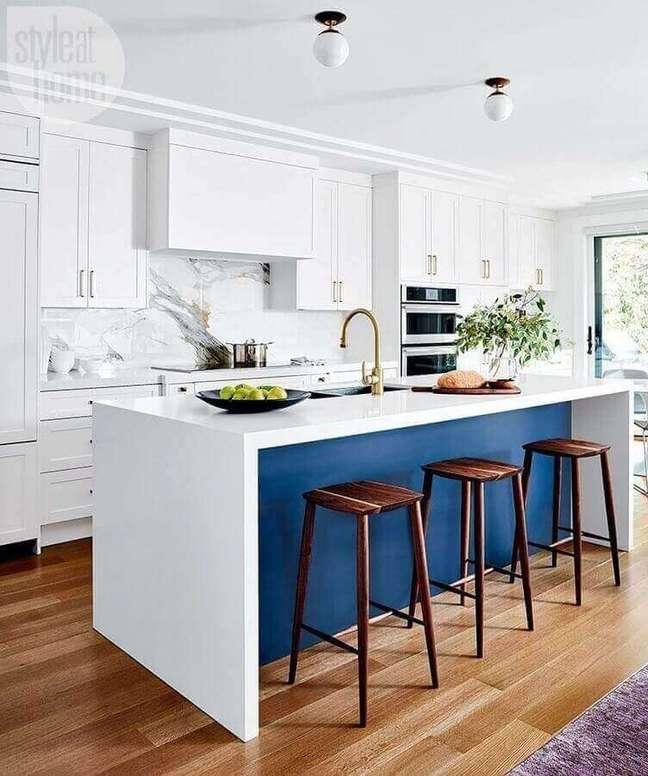 33. Decoração clássica com banqueta alta para ilha de cozinha azul e branca – Foto: Style at Home