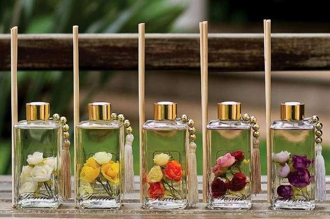 5. Vidrinhos de aromatizantes caseiros decorados com flores – Foto: Pinterest