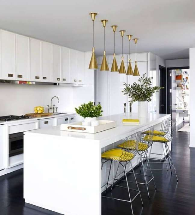 11. Banqueta alta para ilha de cozinha branca decorada com luminária dourada – Foto: Tralhão Design Center