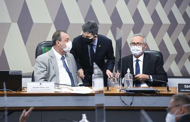 Omar Aziz (PSD-AM), Randolfe Rodrigues e Renan Calheiros durante sessão da CPI