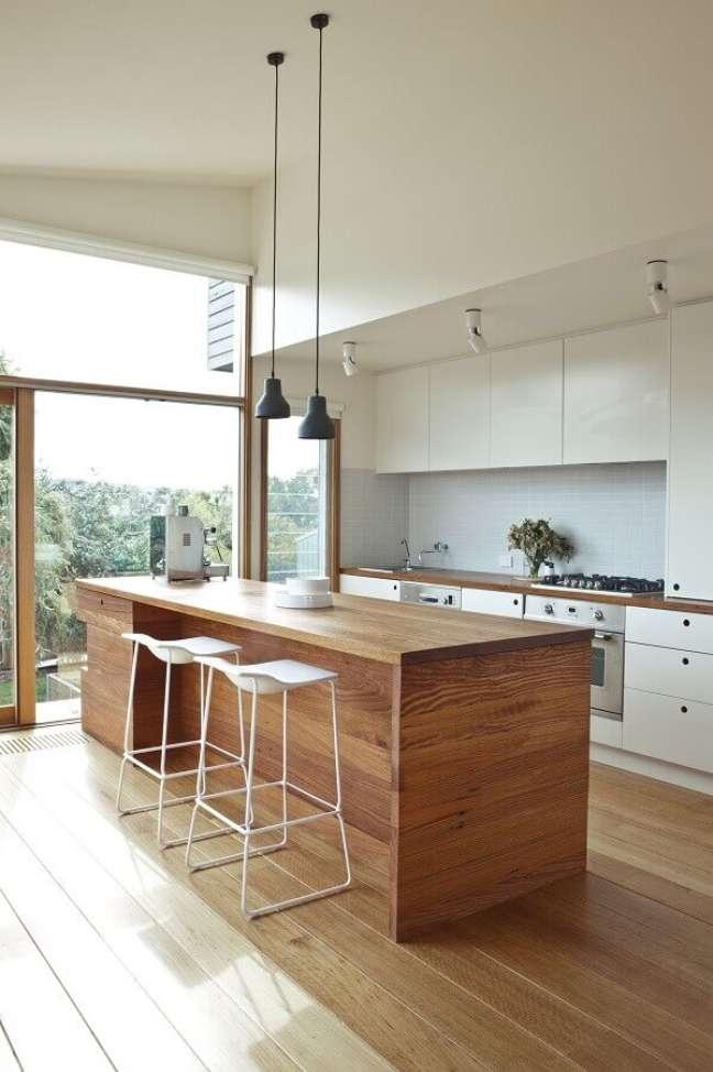 52. Decoração de cozinha planejada branca com banqueta alta para ilha de madeira – Foto: Decostore