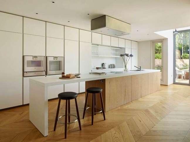 22. Cores claras para decoração de cozinha grande com banqueta para ilha – Foto: Decoist