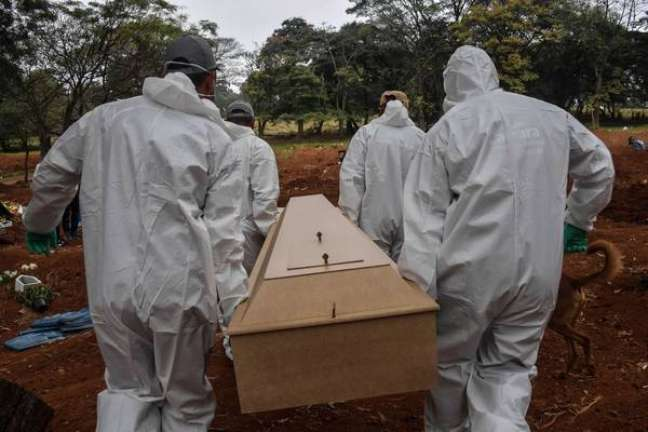 Brasil ultrapassa marca de 586 mil mortes por covid-19