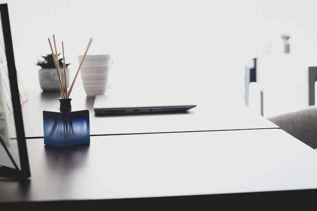 1. Mesa de trabalho decorada com aromatizante de flores – Foto: Pixabay