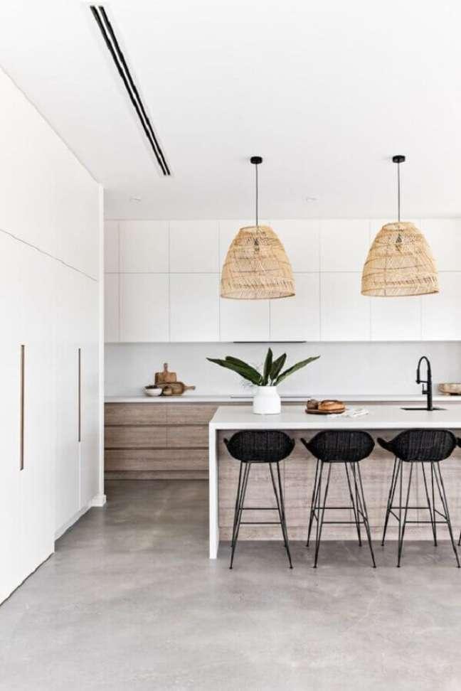 48. Decoração de cozinha branca com luminária rústica e banqueta para ilha – Foto: Sea Tribe