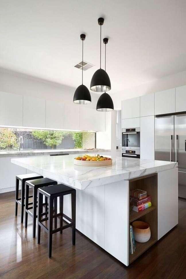 16. Banqueta para ilha de mármore para decoração de cozinha branca planejada – Foto: Pinterest