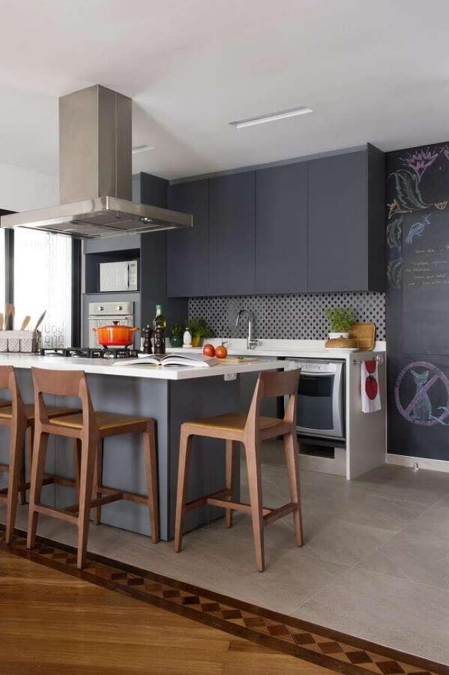 49. Decoração de cozinha cinza moderna com banquetas para ilha gourmet – Foto: Jeito de Casa