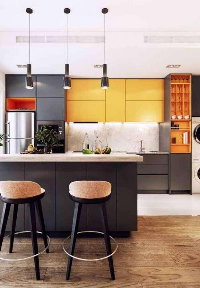 1. Banqueta para ilha de cozinha moderna decorada com armários cinza e laranja – Foto: Futurist Architecture