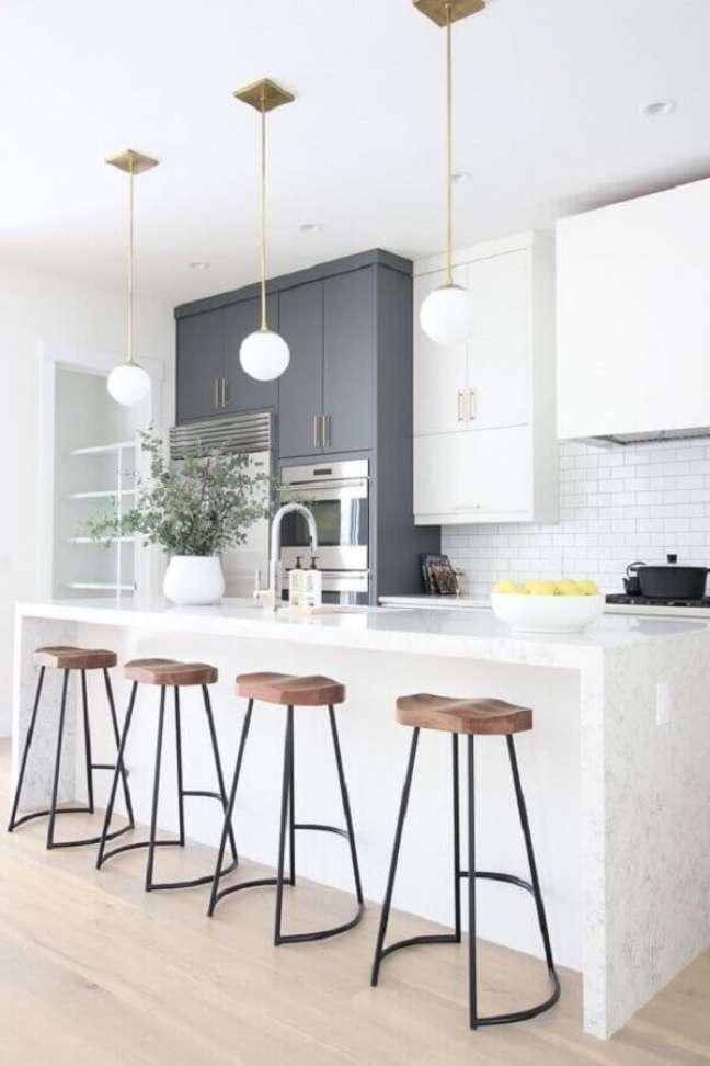 45. Decoração de cozinha branca com banquetas para ilha gourmet e luminária redonda – Foto: Ariyona Interior