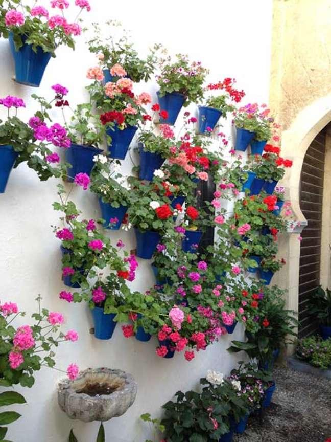 37. Quintal pequeno decorado com vasos de gerânio – Foto I Love Flores