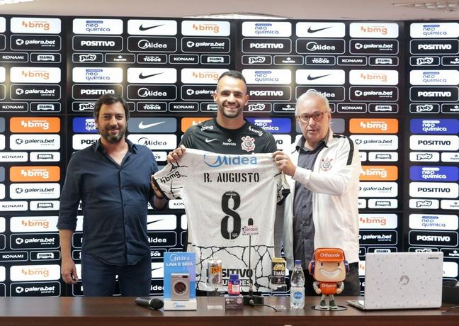 Renato Augusto exibe a camisa que vestirá neste seu retorno ao Corinthians
