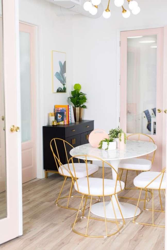 31. Mesa de jantar branca e retrô com cadeiras douradas – Foto Sugar and Cloth