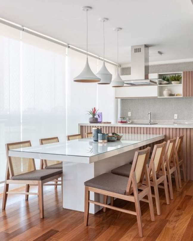 5. Mesa de jantar branca com tampo de vidro – Fonte Dicas de mulher