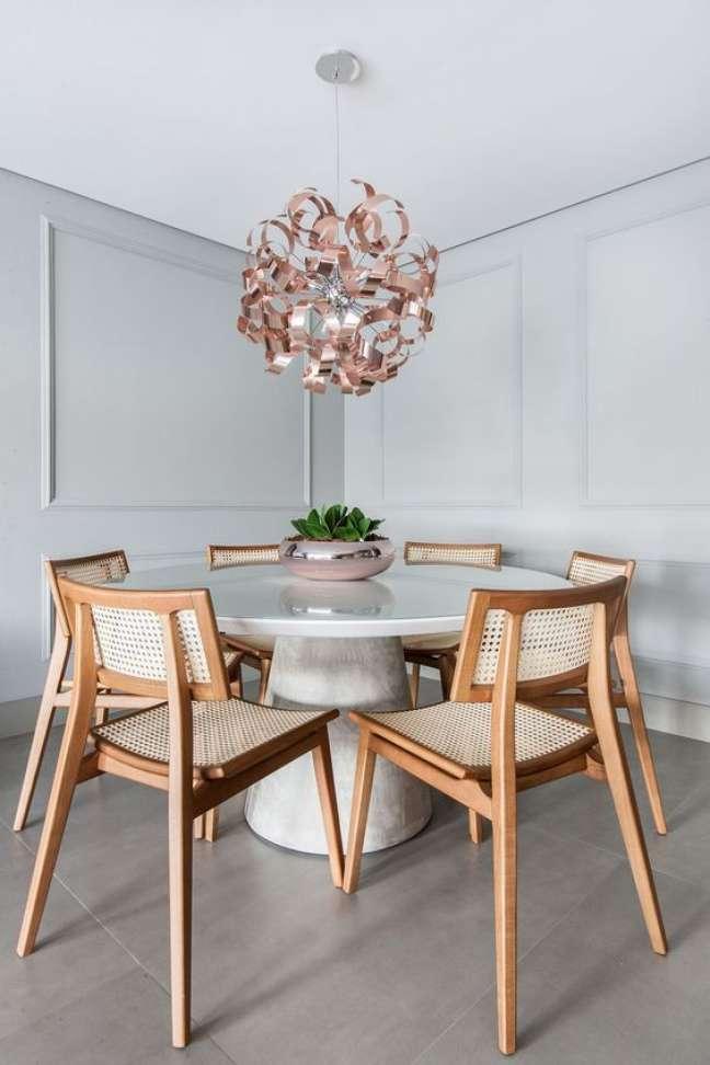 29. Mesa de jantar branca com tampo de granito e cadeira de madeira – Foto Arkpa