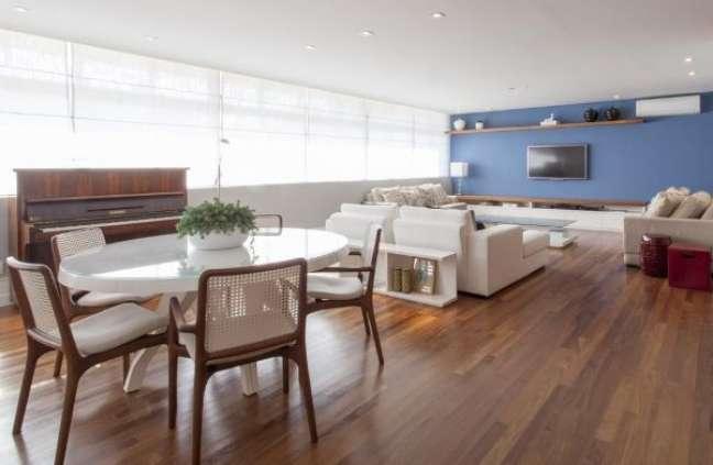 50. Sala integrada com mesa de jantar branca redonda – Foto Gfprojetos