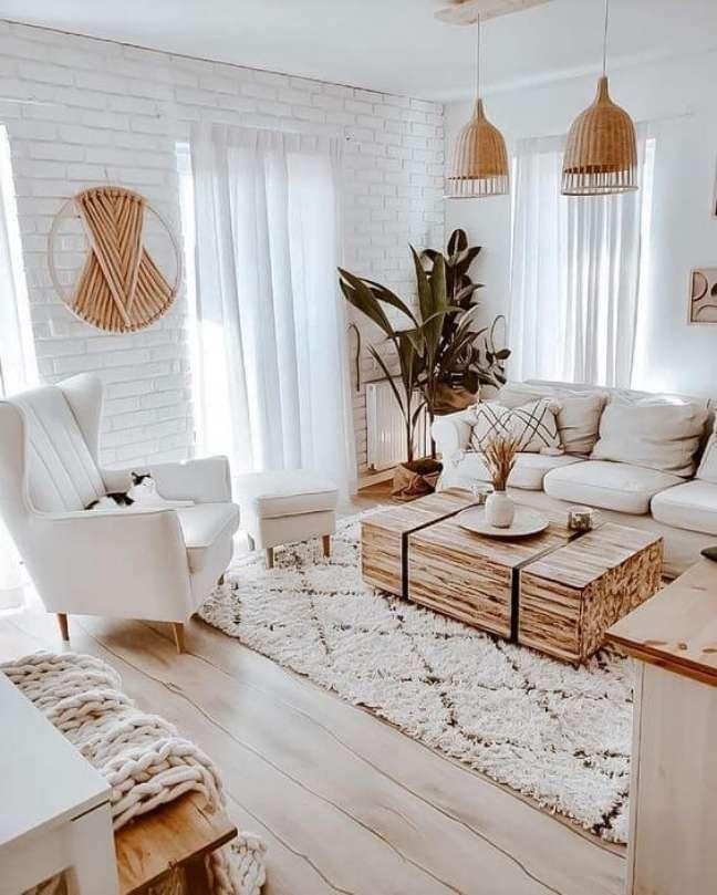 7. Sala de estar moderna com tapete de lã escandinavo e móveis claros – Foto etsy