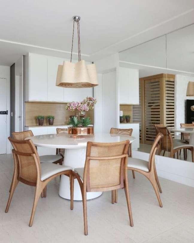 44. Sala com mesa de jantar branca e cadeiras de madeira – Foto Pinterest