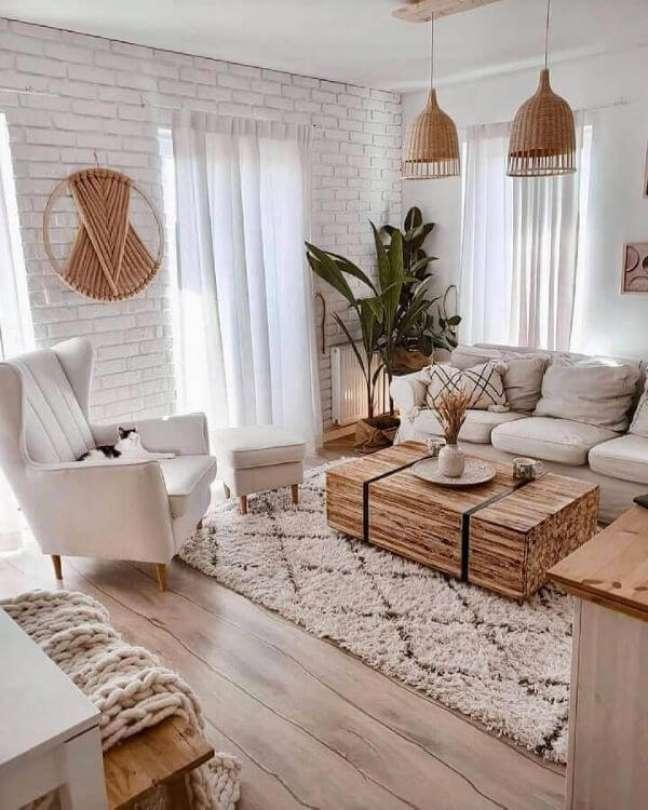 16. Sala de estar com sofá bege e tapete de lã moderno – Foto Etsy
