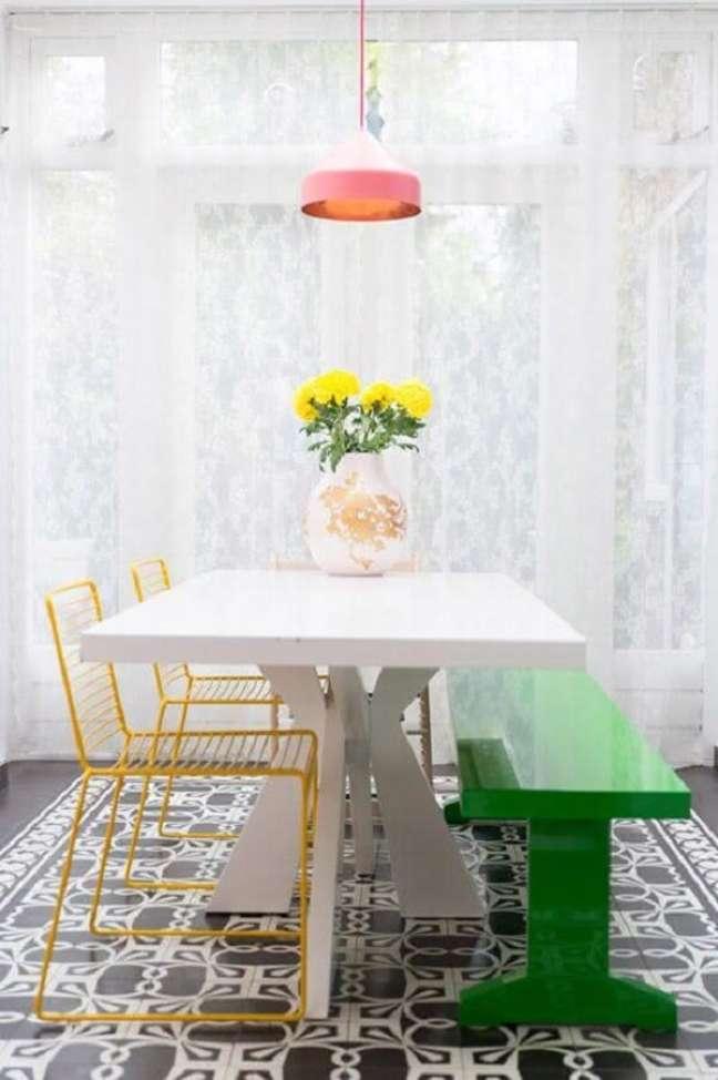 13. Decoração com mesa de jantar retangular branca cadeiras amarela e banco verde – Foto Casa Abril