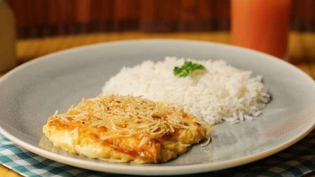 4. Delicioso prato de fricassê de frango com arroz – Foto: SóAchoAki