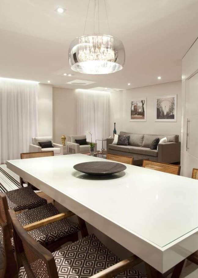 4. Mesa de jantar branca com cadeiras cinza e lustre espelhado – Foto Martinhao Neves