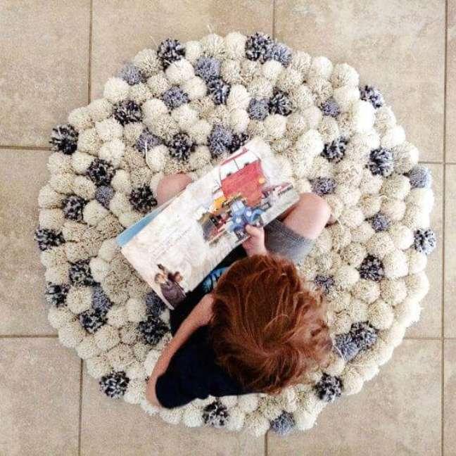 40. Tapete de lã feito de pompom macio – Foto Pinterest