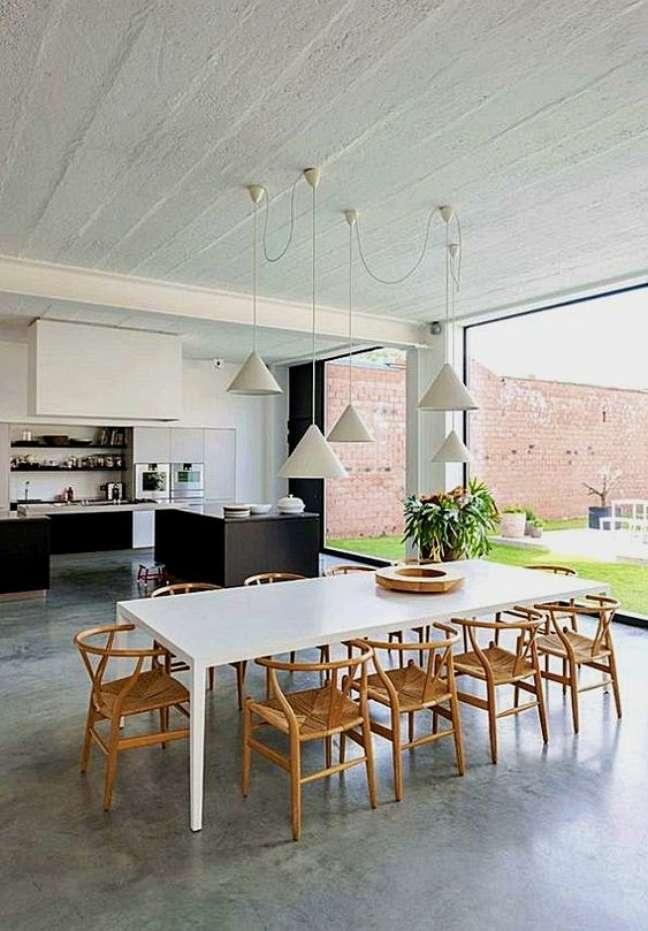 61. Casa com piso de cimento queimado e mesa de jantar branca – Foto Essaryet