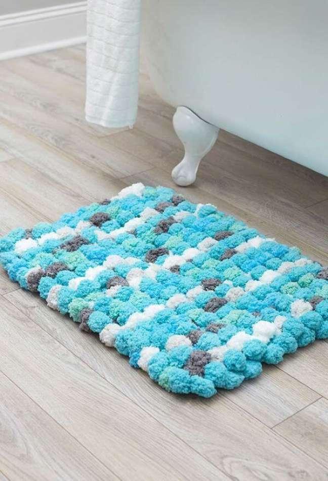 9. Banheiro com tapete de lã em tons de azul e branco – Foto Pinterest