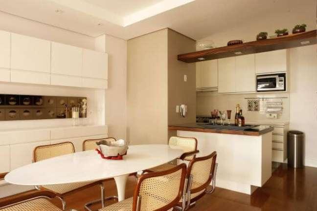 47. Sala com mesa de jantar branca oval e cadeiras de palha – Foto Nicedecara