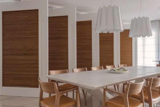 11. Decoração clean para sala com mesa de jantar branca e lustres da mesma cor – Foto Olegariodesa