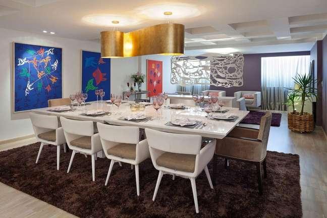 46. Sala com mesa de jantar branca e tapete marrom – Foto Cynthia Rondelli Vogaassessoria2df