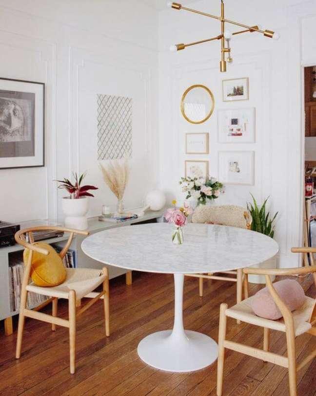 43. Sala com mesa de jantar branca de granito – Foto InMood