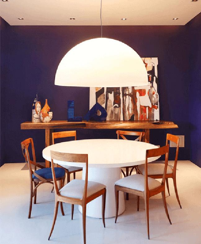 3. Sala azul moderna com mesa de jantar redonda branca e cadeiras de madeira – Foto LIV decora