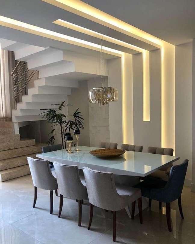 12. Decoração com gesso e iluminação na sala com mesa de jantar retangular branca – Foto Maddison Móveis