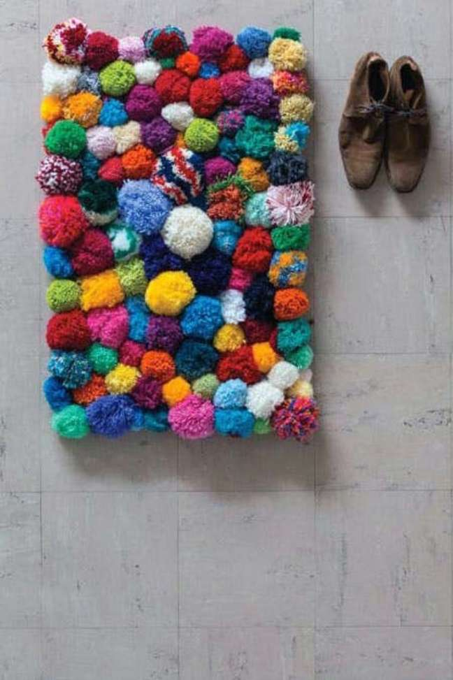 34. Tapete de lã colorido feito com pompom – Foto Lamiglass