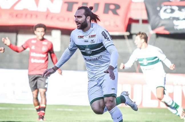 Léo Gamalho fez os dois gols na vitória contra o Brasil-Pel (Divulgação/Coritiba)