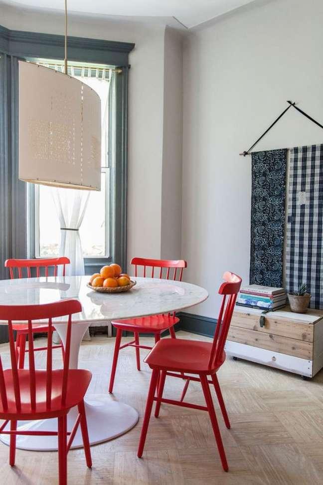 24. Mesa de jantar branca com cadeira vermelha – Foto Lonny Magazine