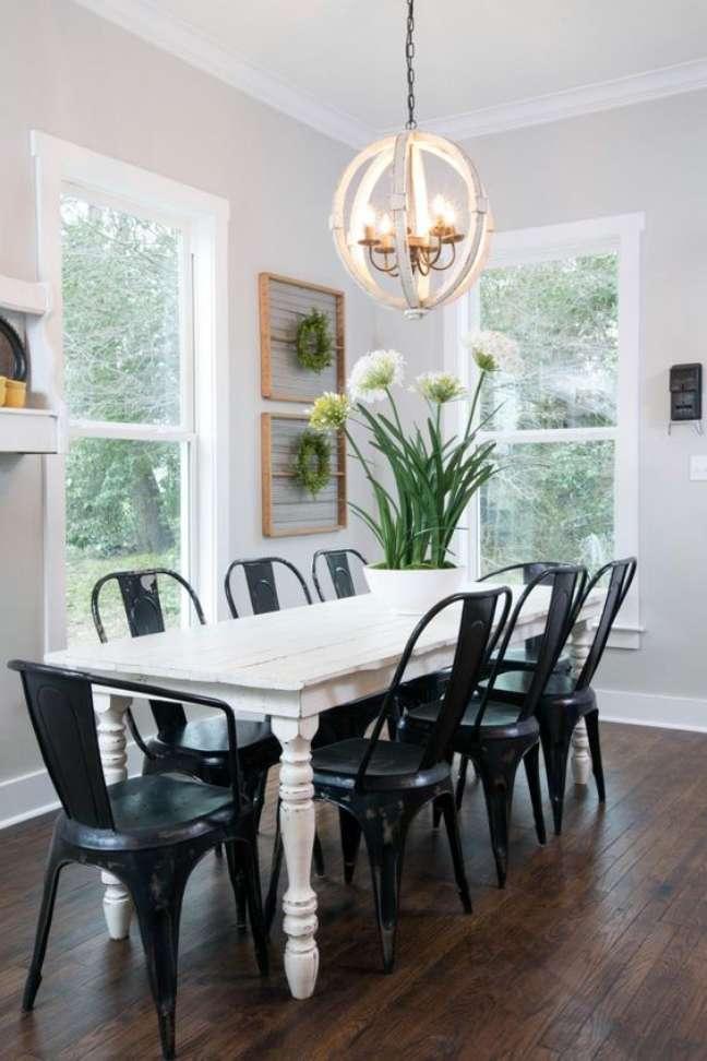25. Mesa de jantar branca com cadeiras de ferro – Foto HGTV