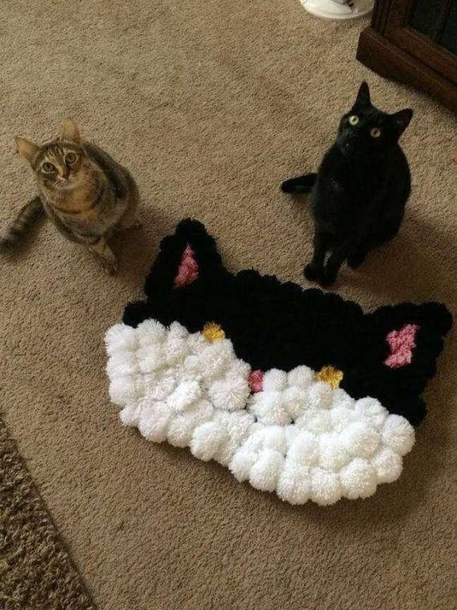 36. Tapete de lã de pompo em formato de gato – Foto Pinterest
