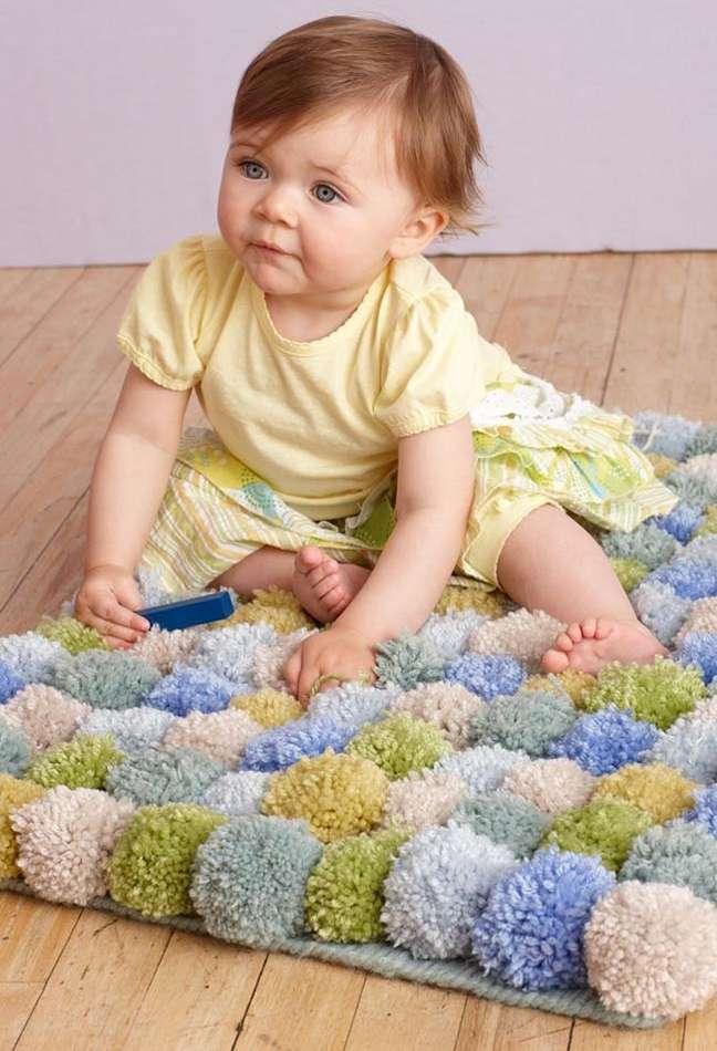 4. Tapete de lã com pompons para quarto infantil – Foto Pinterest