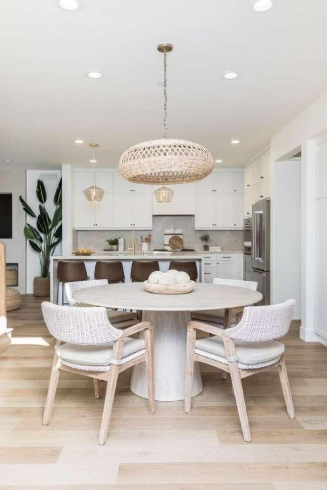 32. Mesa de jantar branca para sala moderna em tons neutros – Foto Pures Altinteriores