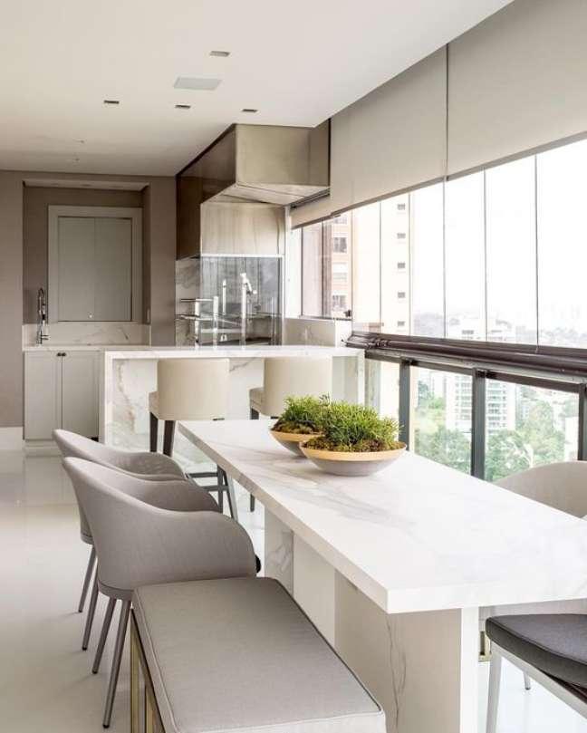 33. Mesa de jantar branca para varanda gourmet de vidro e cadeiras cinza – Foto dicas de mulher
