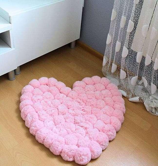 38. Tapete de lã em formato de coração com pompons – Foto Pinterest
