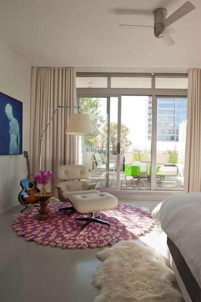 24. Quarto com tapete de lã rosa e poltrona com puff branco – Foto Homedit