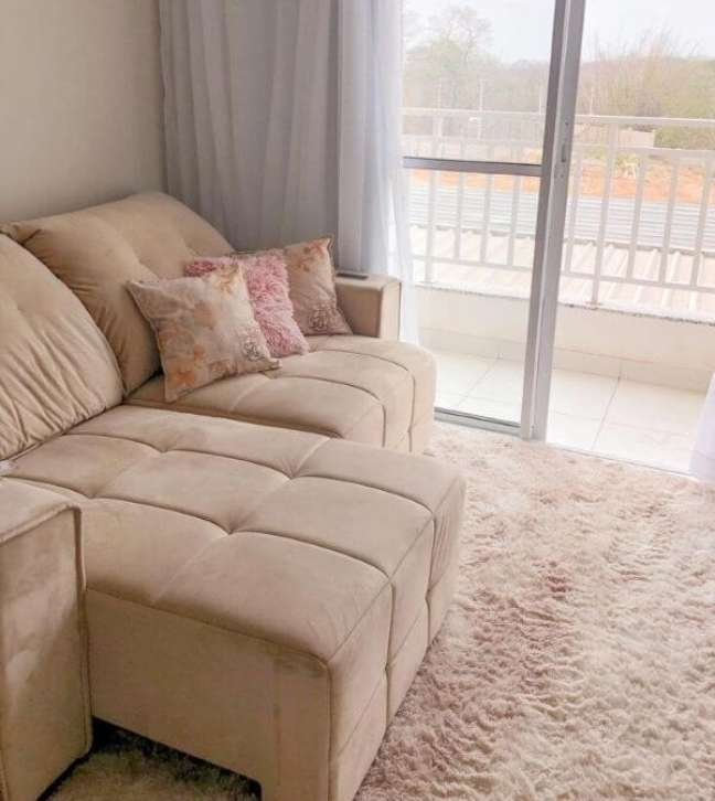 8. Apartamento com sala de estar decorada com tapete de la rose – Foto Dayane Dias