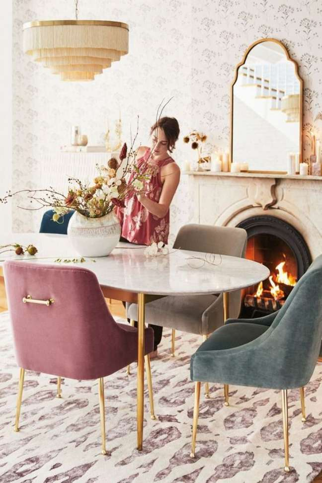 2. Mesa de jantar branca de ferro com tampo de granito e poltronas coloridas – Foto Moon Bay Art