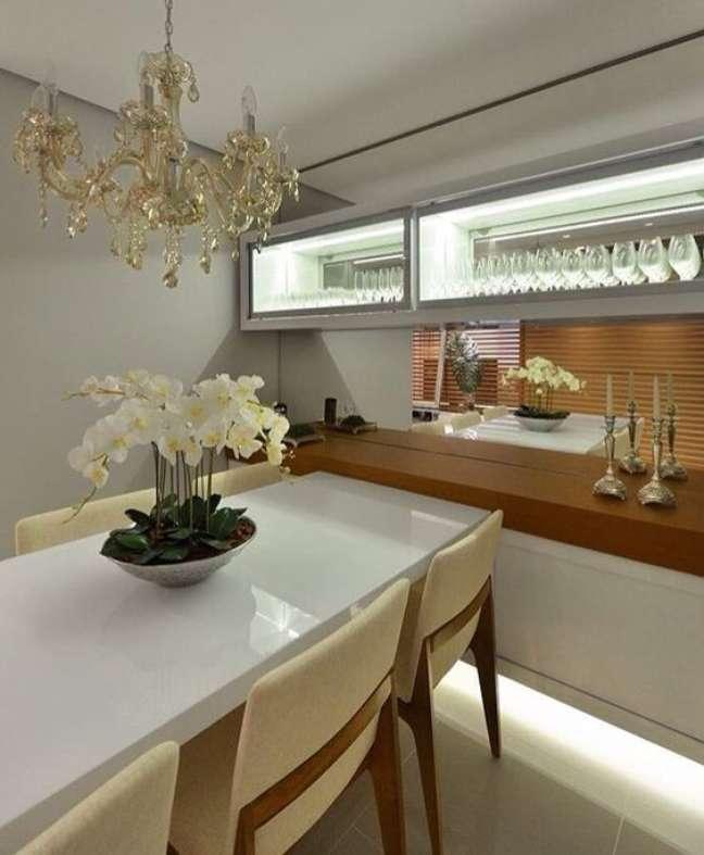 10. Cristaleira pequena de parede na sala com mesa de jantar retangular branca – Foto Pinterest